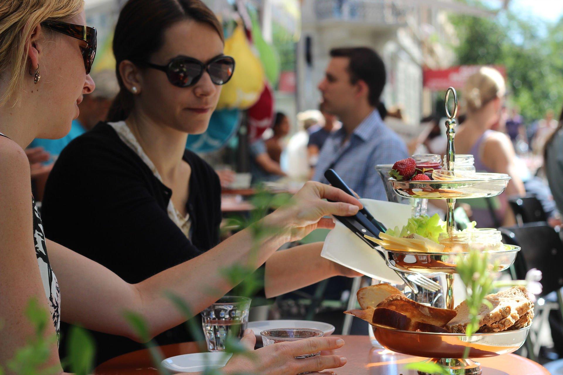 Café Frühling: Der Besuch dieses Cafés lohnt sich allein schon wegen des Kaffees aus der eigenen Rösterei. Hier legt man Wert auf frische, regionale und saisonale Produkte.