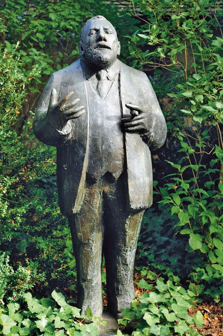 Eine Skulptur des Denkmalpflegers Rudolf Riggenbach Dinge-Dinge von Peter Moilliet auf dem Leonhardskirchplatz Basel.