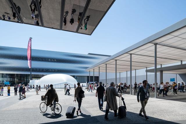 Die Art Basel gilt unangefochten als wichtigste Weltmesse des internationalen Kunstmarktes. // The Art Basel is indisputably the world's biggest fair in the international art market.