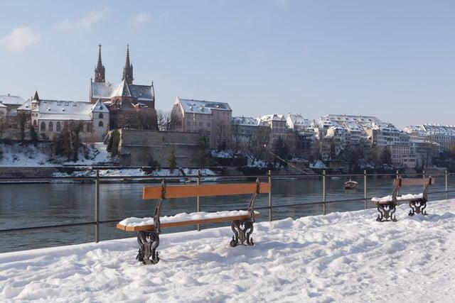 Blick von der Kleinbasler Rheinpromenade aufs Münster.