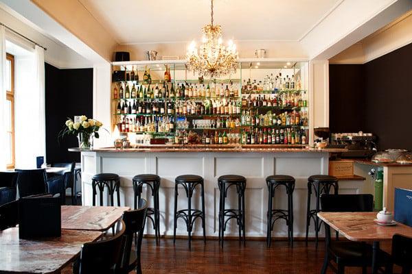 Gutschein Nr. 2: Welcome-Drink in der Teufelhof BarDie extravagante Bar im Gast- und Kulturhaus Teufelhof mit ausgezeichneten Weinen und Cocktails – definitiv ein Insidertipp.