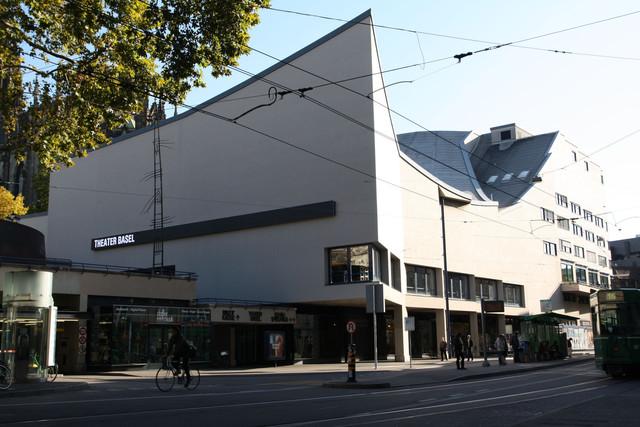 Das Theater Basel von der gleichnamigen Tramhaltestelle aus.