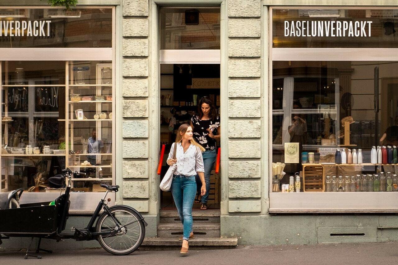 Basel unverpackt: Im verpackungsfreien Laden füllt ihr biologische Produkte zu fairen Preisen ganz einfach in euer eigenes Gefäss ab.