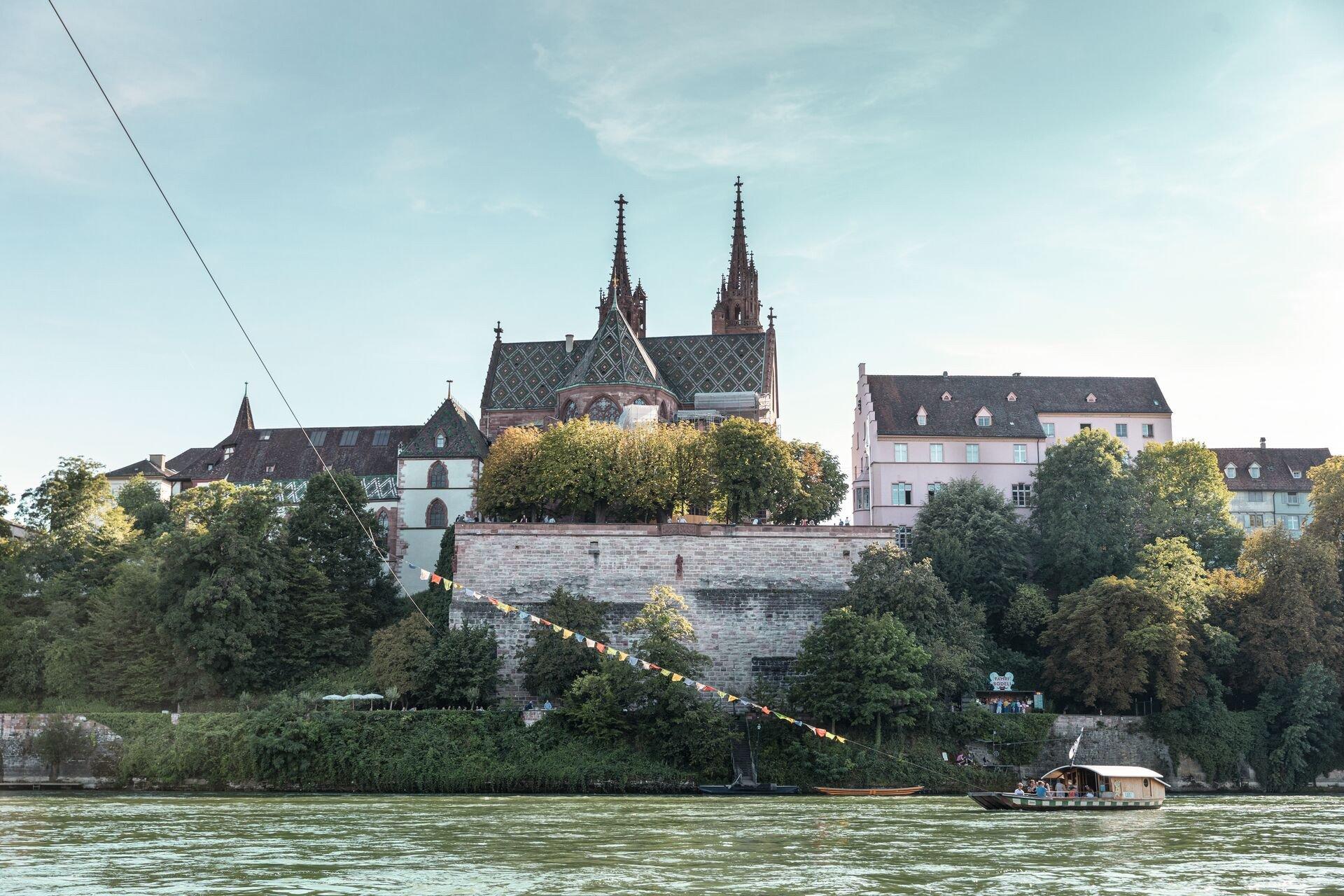Blick auf das Basler Münster vom Rhein aus
