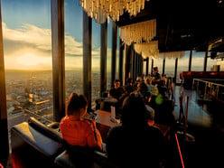 Die Lounge der Bar Rouge im 31. Stockwerk des Messeturms in Kleinbasel.