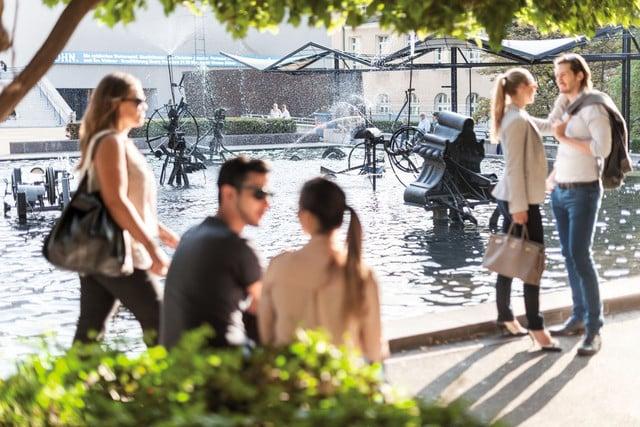 Der Fasnachtsbrunnen von Jean Tinguely auf dem Theaterplatz ist mit seinem fröhlichen Wasserspiel eine der beliebtesten Attraktionen der Stadt.   ///   With its playful water dance, the Fasnacht fountain by Jean Tinguely on Theaterplatz is one of the city's most popular attractions.