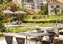 Fotografie:Claudia Link Gartensicht vom Restaurant des Hotel Odelyas im Neubau