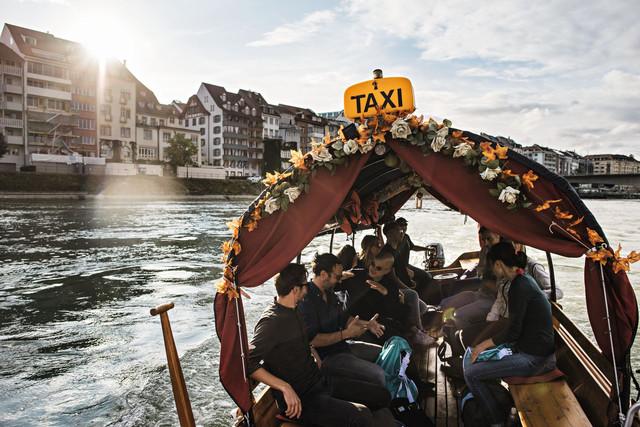 Besucher fahren im Rhytaxi den Rhein hinauf.