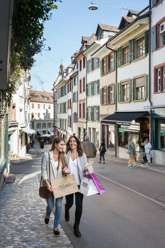 Zwei Personen beim Shopping am Spalenberg.