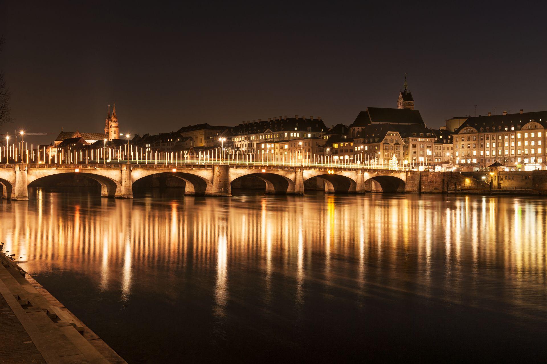 Die Mittlere Brücke mit Weihnachtsbeleuchtung.