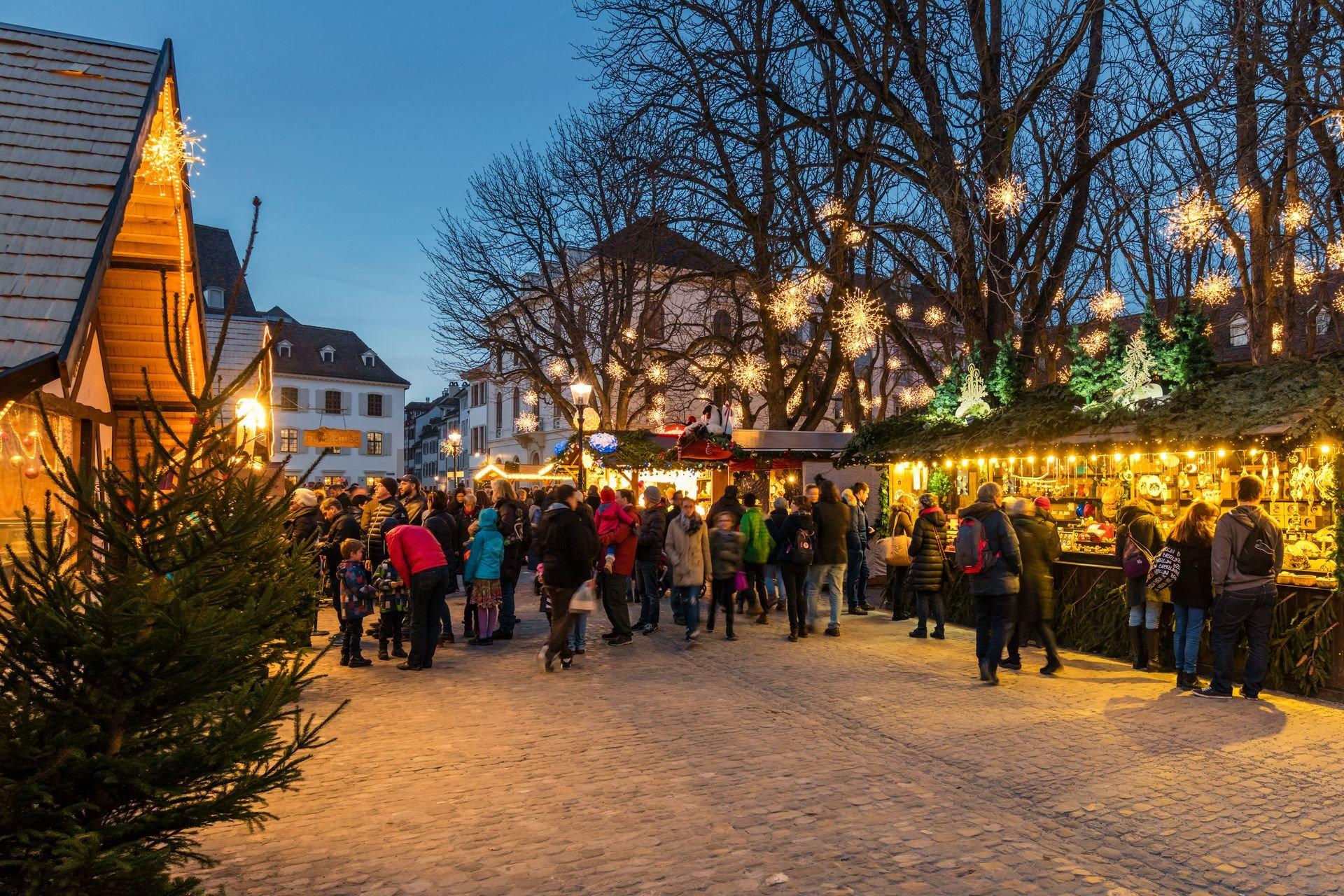 Der Weihnachtsmarkt auf dem Münsterplatz lädt unter den festlich geschmückten Baumkronen zum Einkaufs- und Genusserlebnis im Advent.   ///   Under the festively decorated trees, the Christmas market at Münsterplatz is a great place to shop and eat during Advent.