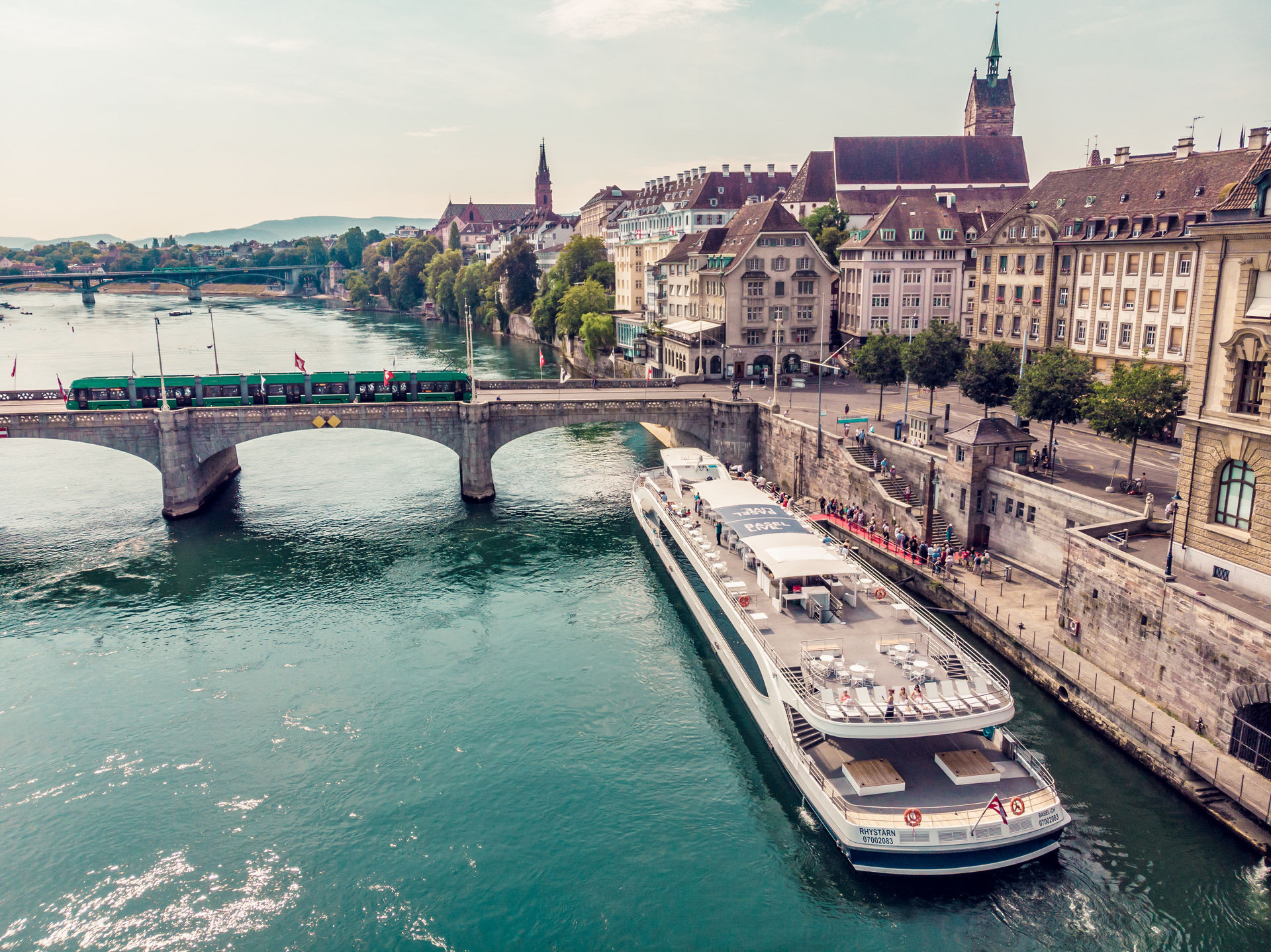 Das Personenschiff der Basler Personenschifffahrt (BPG)  bietet neben Schleusenfahrten auch romantische Rhein-Erlebnisse am Abend – Dinner und Sonnenuntergang inklusive.