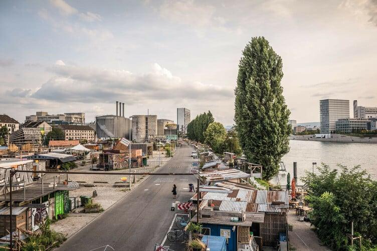 Das Hafen-Areal, das ein temporaeres Kultur-Zuhause für Kreative ist. Die Zwischennutzung laesst Platz fuer Experimente.