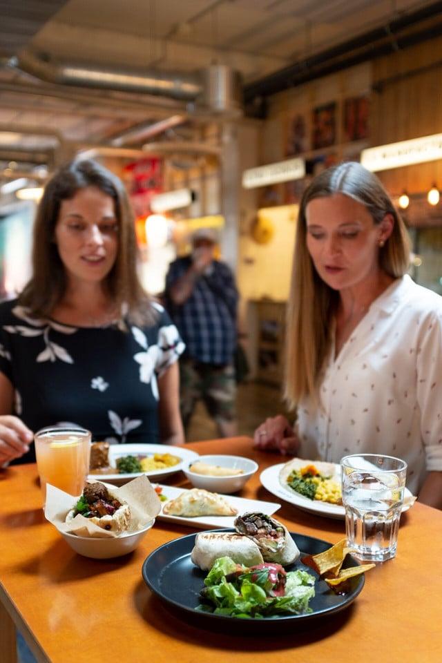 Zwei Frauen mit den Probiertellern der Foodtour im Klara Basel