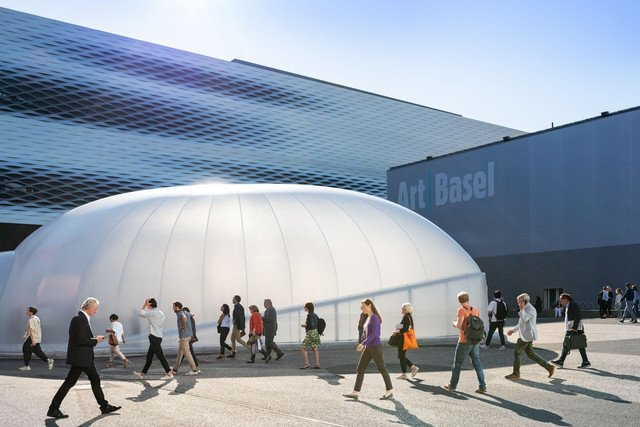 Die Art Basel gilt unangefochten als wichtigste Weltmesse des internationalen Kunstmarktes. // The Art Basel is indisputably the world's biggest fair in the international art market.