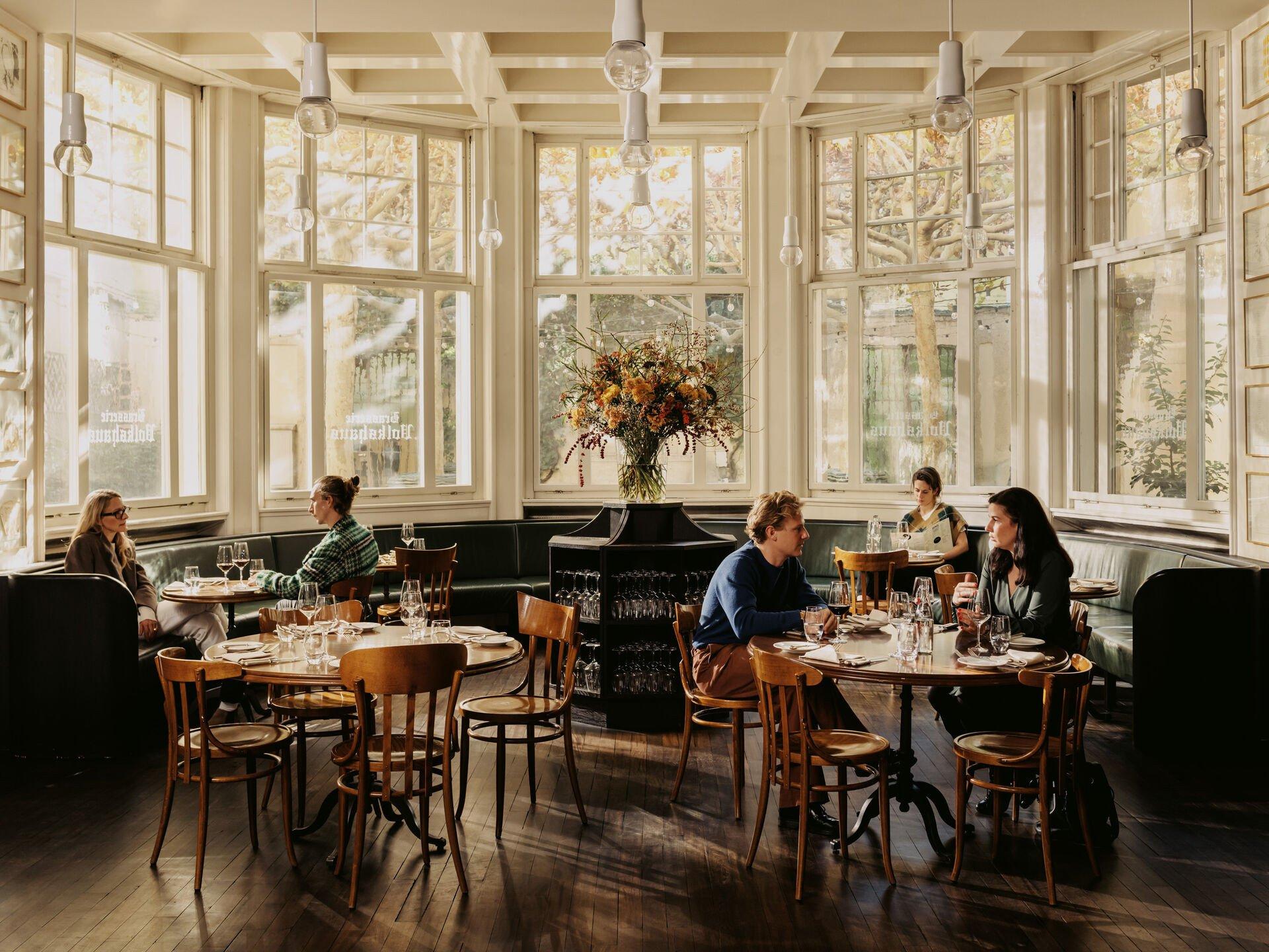 Ein Fixpunkt in Basel ist die französisch inspirierte Brasserie im Volkshaus Basel. Im von Herzog & de Meuron designten Restaurant werden Rindstatar, der vegane Beyond-Burger oder das klassische Steak frites serviert. Gratistipp: In der Bar nebenan gibt es köstliche Cocktails!