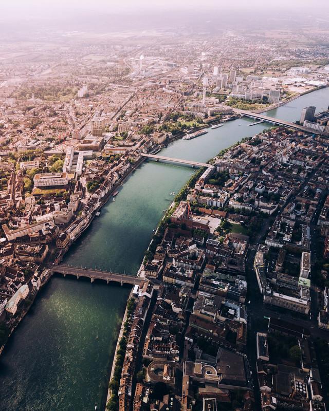 Der Rhein ist das wahre Lebenselixier von Basel und das dauerhafte Wahrzeichen der Stadt. / The Rhine is the true lifeblood of Basel and the city's enduring landmark.
