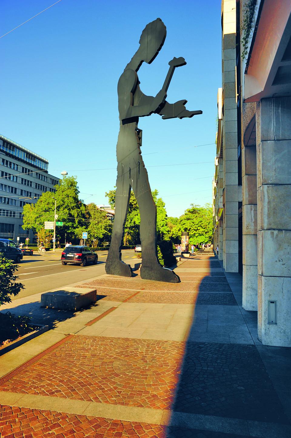 Die Skulptur Hammering Man von Jonathan Borofsky auf dem Aeschenplatz in Grossbasel.