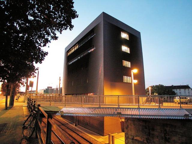 Das Stellwerk auf dem Wolf bei der Einfahrt in den Bahnhof SBB wurde von Basels Stararchitekten Herzog & de Meuron entworfen und 1999 fertig gestellt.   ///   The striking monolith on the southern approach to Basel SBB railway station was based on designs by Basel architects Herzog & de Meuron, and completed in 1999.