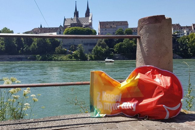 DER WICKELFISCH – Die wasserdichte Kulttasche – Der Wickelfisch ist ein wasserdichter Badesack, der es möglich macht beim Schwimmen die Sachen mitzunehmen, ohne dass diese nass werden.