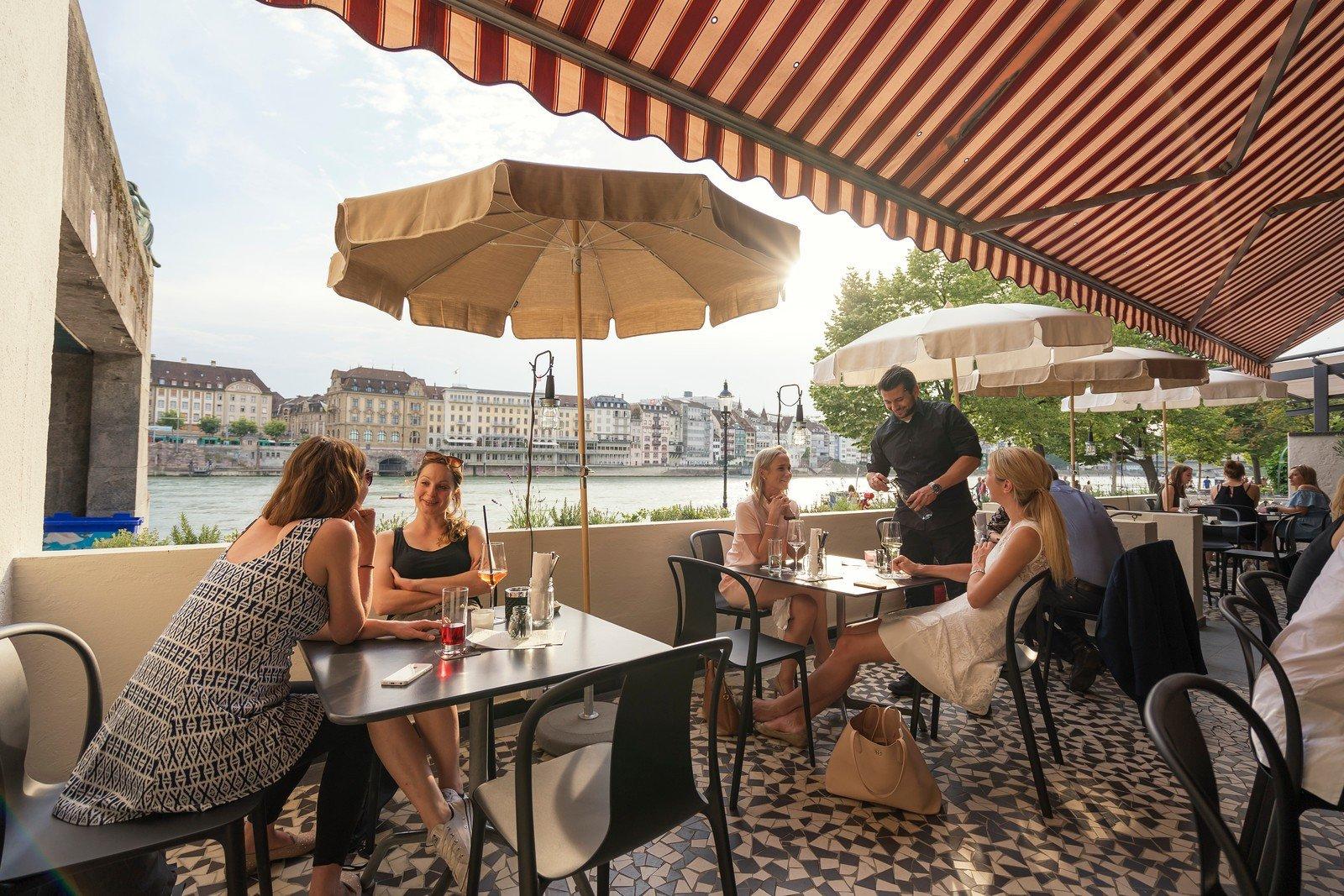 Geniesst die Sonne und den hausgemachten Eistee im Ufer7 an der Rheinpromenade. Gemäss dem Konzept «Urban Swissness» wird hier die Schweizer Küche modern, aber unkompliziert interpretiert.