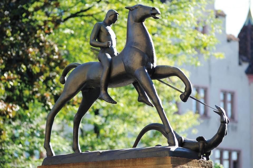 Die Skulptur Ritter Georg von Carl Burckhardt vor dem Gymnasium Leonhard in Grossbasel.