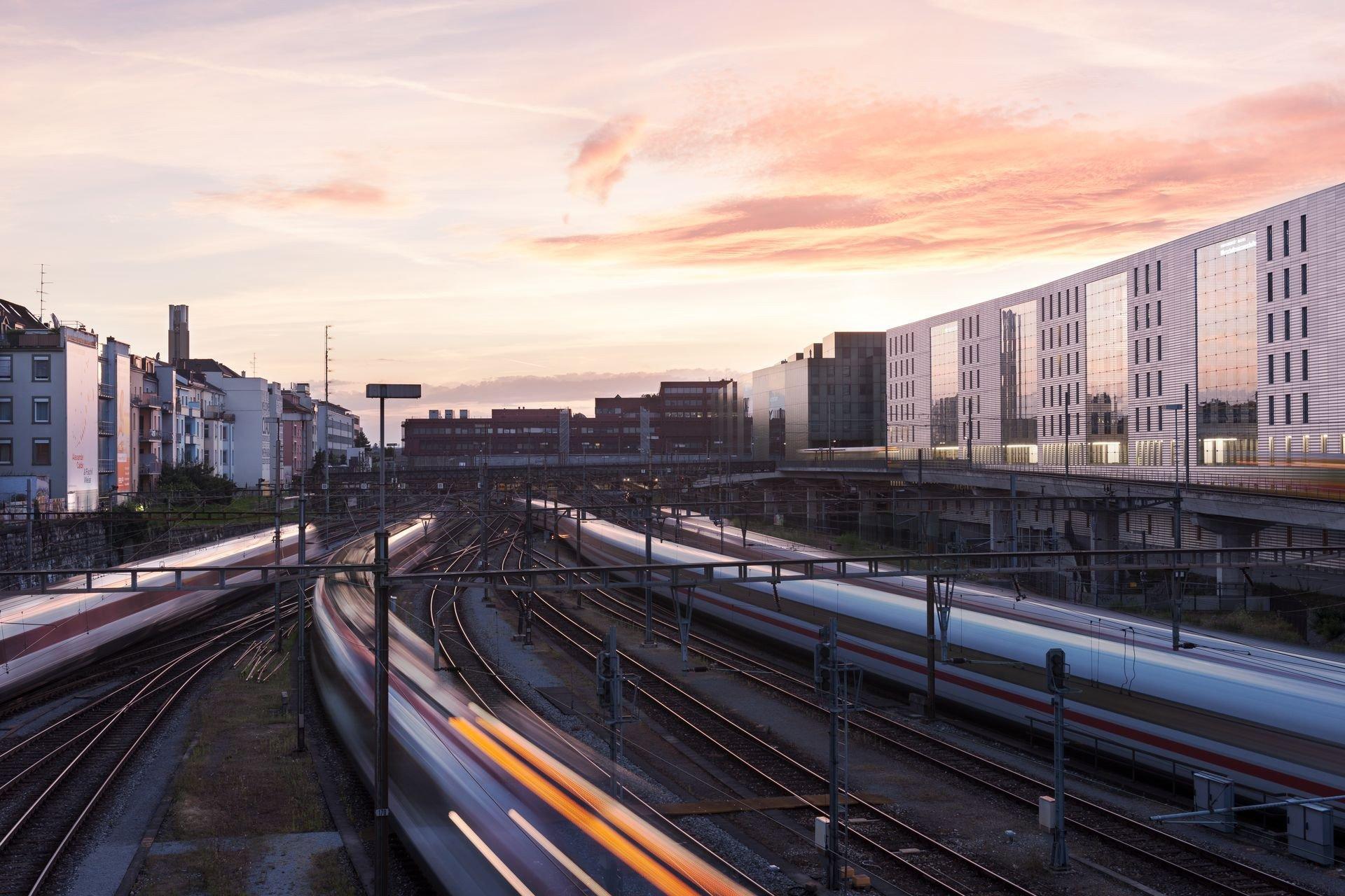 Der Zugverkehr am Abend beim Bahnhof SBB