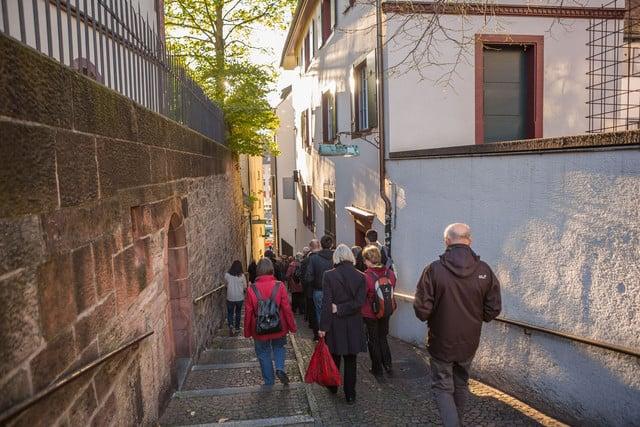 Eine öffentliche Stadtführung durch die Altstadt von Grossbasel.