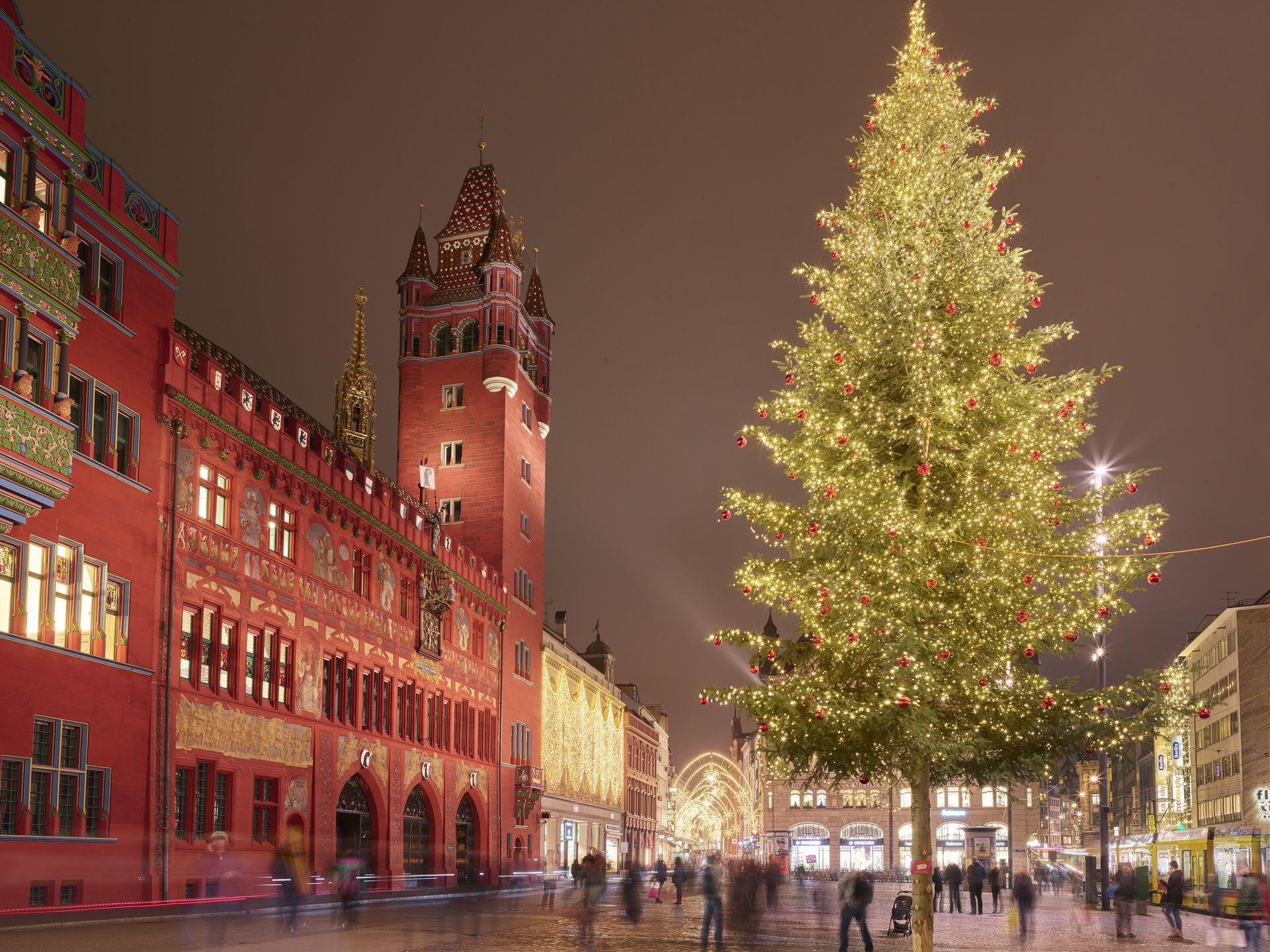 Weihnachtsbaum am Marktplatz in Basel // Christmas tree at Marktplatz Basel