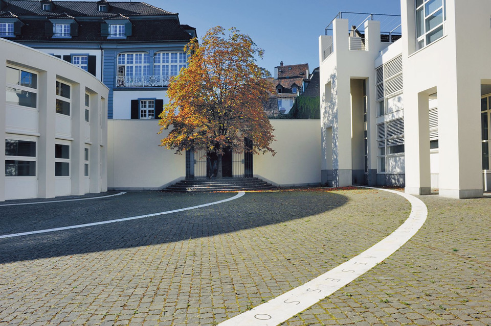 Das Kunstobjekt Rosshof-Hof von Hannes Vogel am Nadelberg in Grossbasel.