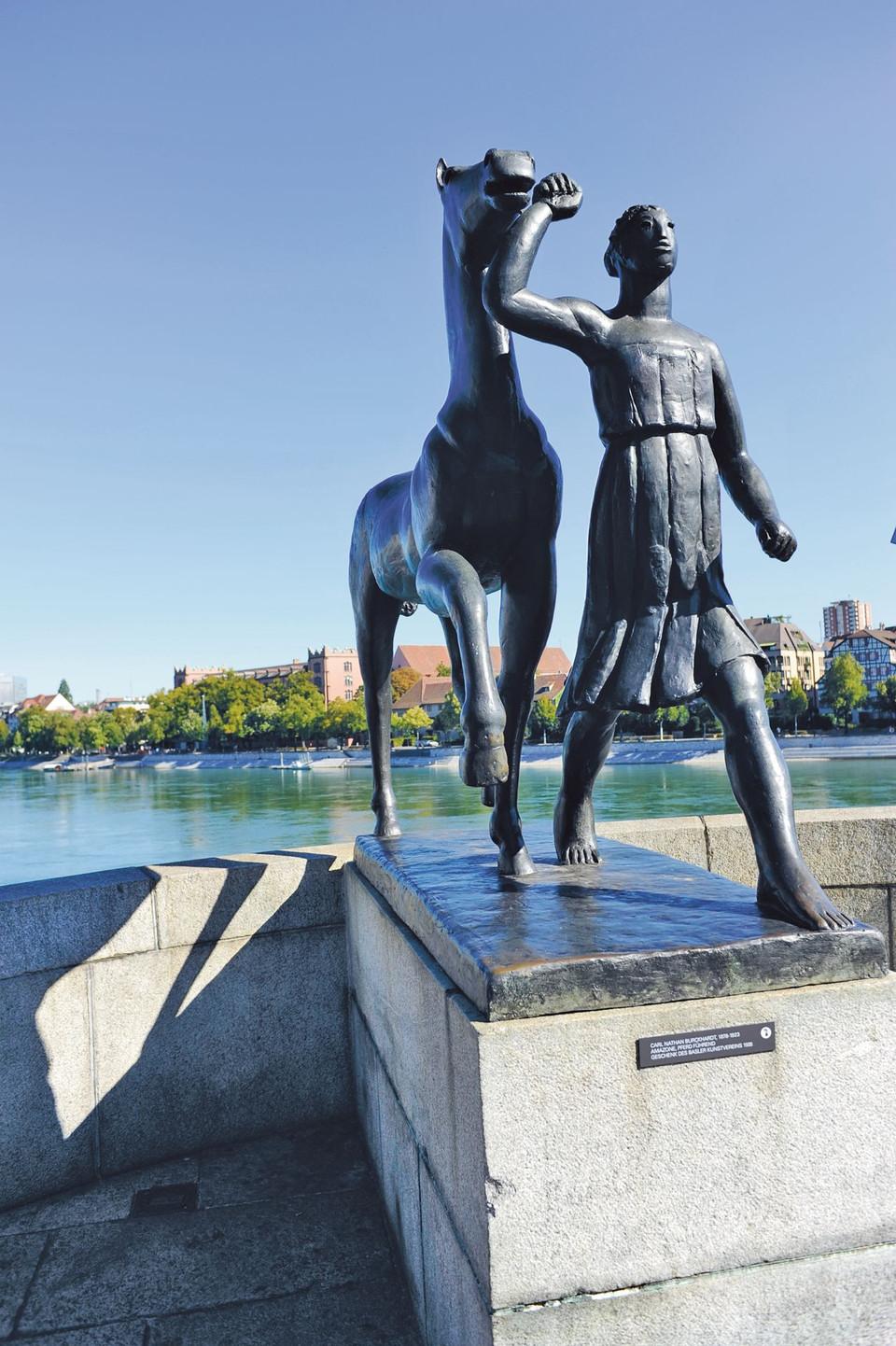 Die Skulptur Amazone, Pferd führend, von Carl Burckhardt an der Mittleren Brücke in Grossbasel.