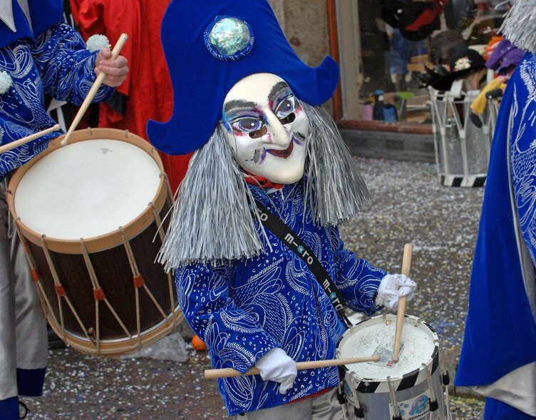 Am Cortège der Basler Fasnacht ziehen die traditionellen Formationen trommelnd und pfeifend durch die Stadt.   ///   At Basel Fasnacht, the traditional groups make their way through the city with drums and piccolos.