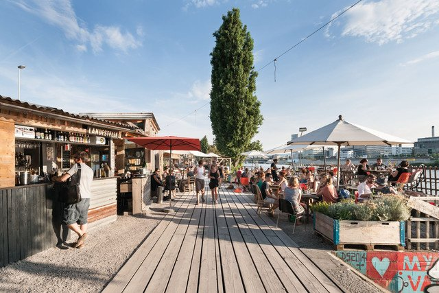 Das Freiluft Restaurant Landestelle am Hafen.