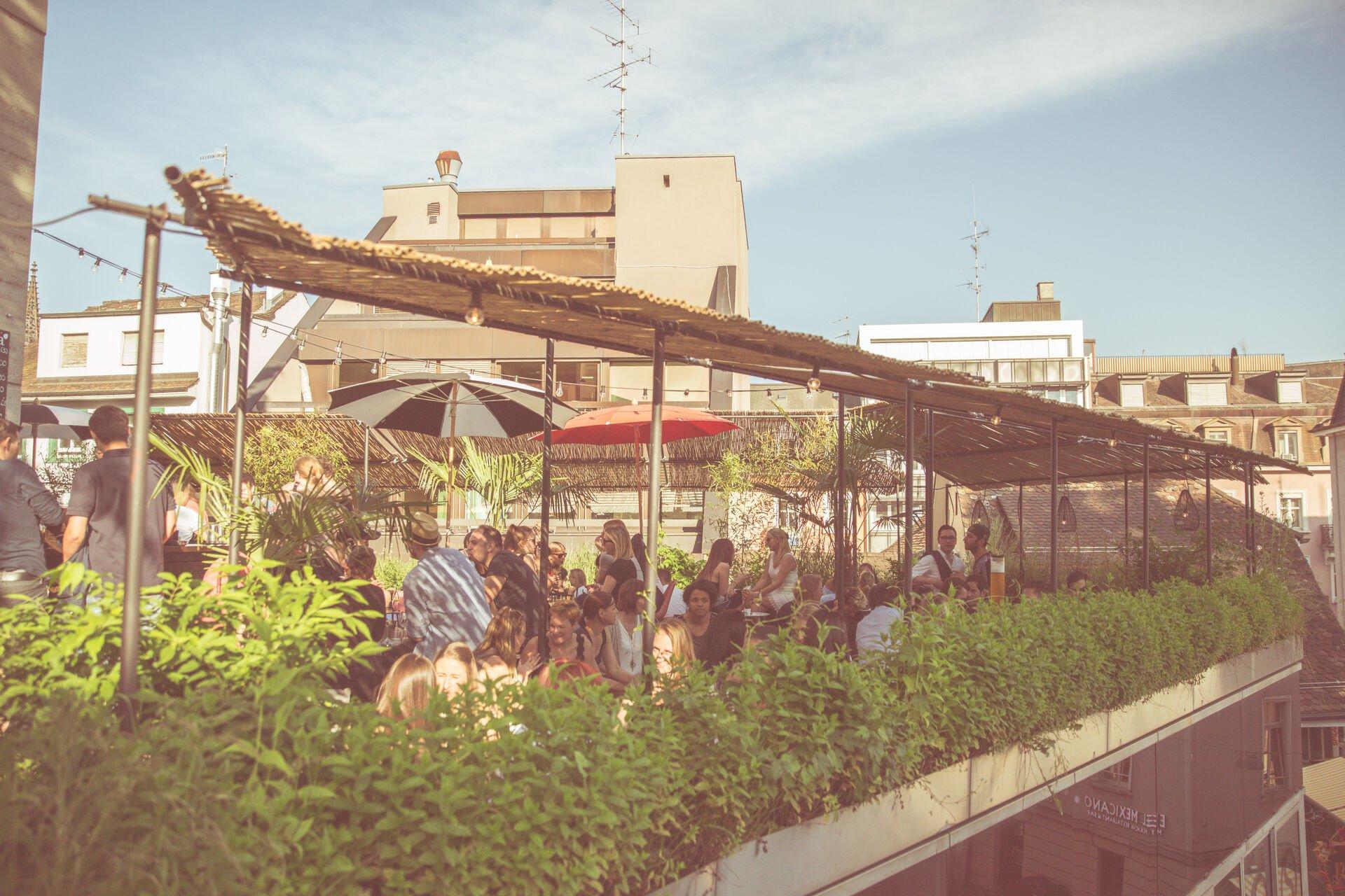 Das 70er-Jahre-Flair drinnen und die spektakuläre Dachterrasse machen die Baltazar Bar zu einem beliebten Treffpunkt – eine mediterrane Oase mitten im städtischen Gewusel.
