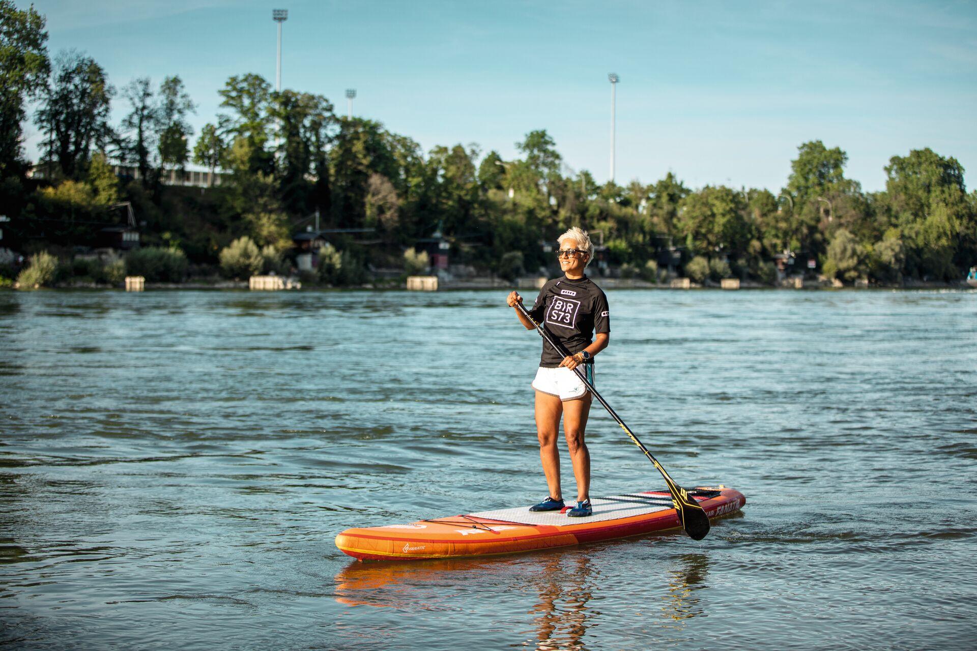 Multimedia-Künstlerin Permi Jhooti beim Stand Up Paddling auf dem Rhein