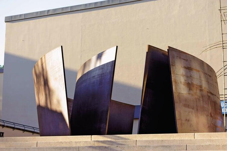 Die Skulptur «Intersection» von Richard Serra auf dem Theaterplatz in Grossbasel.