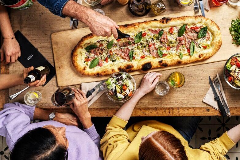 Gutschein Nr. 1: Pizza und Getränk im VITOSchnappt euch im VITO ein Stück der zurzeit angesagtesten Pizza der Stadt und sucht euch ein gemütliches Plätzchen am Rheinbord, wo übrigens auch viele Locals ihren Lunch aus dem unverkennbaren schwarzen Pizzakarton essen.