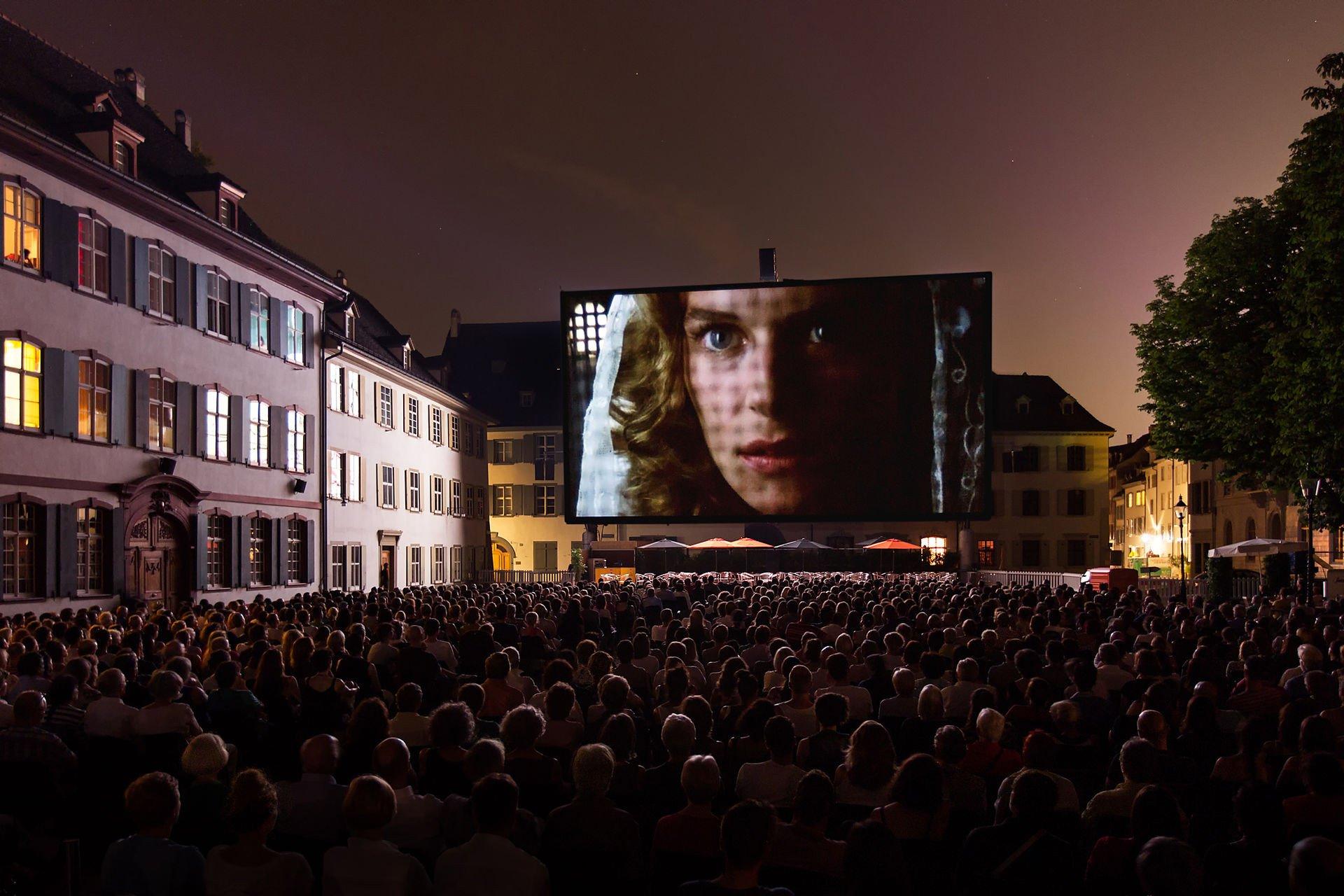 Das Orange Cinema auf dem Münsterplatz.