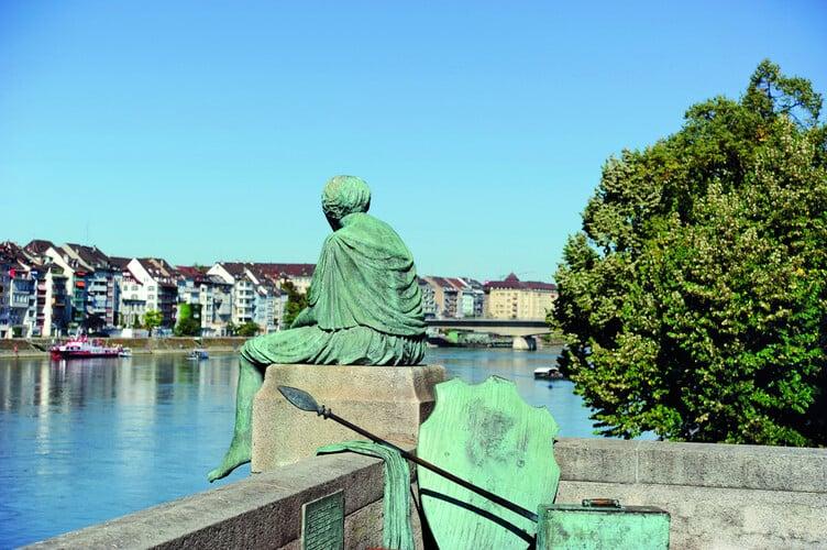 Die Skulptur Helvetia auf Reisen von Bettina Eichin an der Mittleren Brücke in Kleinbasel.