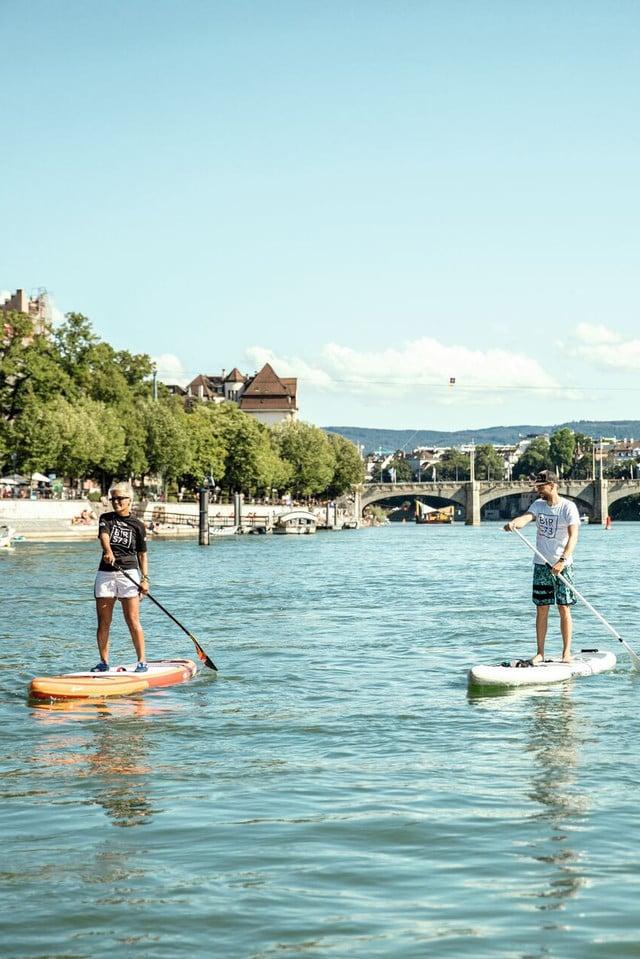Stand Up Paddling auf dem Rhein in Basel.